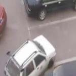 Manden tager kvindens parkeringsplads – fortryder med det samme!