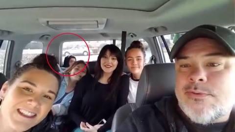 Far filmer familien i bilen - pludseligt dukker et ansigt op fra bagagerummet.