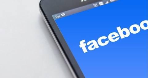 Kvinde livestreamede hendes færdselsovertrædelser på Facebook og kørte galt!