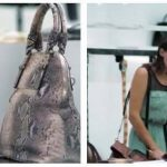 Kvinde ville købe en eksklusiv lædertaske – hendes reaktion da hun åbner tasken, og se dens blodige indhold, siger det hele.