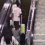 Mand røre ved fremmed kvinde på rulletrappen – Hun giver ham en lærestreg han sent vil glemme!