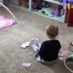 Mor undrede sig over lyde fra sin 2-årige datters værelse – så hun filmer det i smug, og bliver noget overrasket!