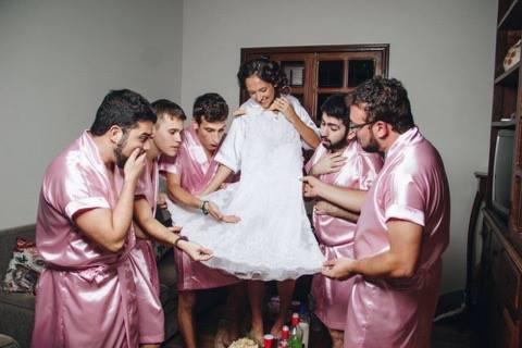 Rebecca havde ingen veninder, så en polterabend så sort ud - men så kom disse 5 gutter!