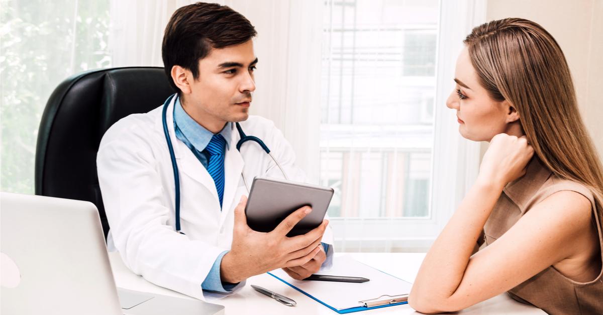 Vittighed: Kvinde snyder flot læge til at lave mærkelig undersøgelse - Grunden er genial!