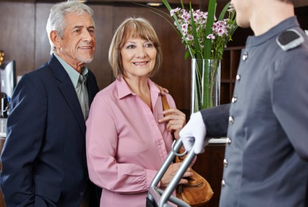 Vittighed: Hotel beder pensionistpar om at betale overpris - så chokeres chefen over den check han modtager