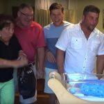 Familien får et kæmpe chok – da de finder ud af hvad der ligger gemt i vuggen.