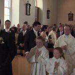 Det ligner et helt almindeligt bryllup – brudgommen gør noget helt uventet som imponerer alle.