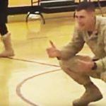 Soldat kom hjem og forventede søn i kørestol – Denne rørende overraskelse ventede ham da han kom hjem