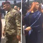 Soldat sniger sig ind bag hende, da hun er ved at forevige sin eksamen – hendes reaktion når hun ser hvem det er, er helt ubeskrivelig