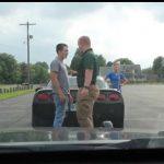 Sort Corvette bliver stoppet af betjent – Kvinden får et kæmpe chok, da hun finder ud af hvad der foregår.