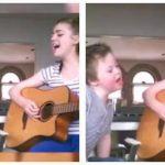 Storesøster synger duet med sin lillebror der har Down syndrom – Lyt så når lillebroren begynder at synge.
