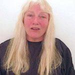 Hun tager til frisør med sit lange hår – Alt bliver klippet af og frisøren giver hende en forbløffende makeover!