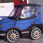 Det ligner verdens mindste bil – alle chokeres da han åbner døren!