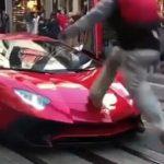 Teenager løber hen over Lamborghini – Ejerens reaktion har nu skabt delte meninger over hele verden