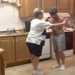 Se videoen: Sønnen tager om moren når deres yndlingssang starter – nu deles klippet som en løbeild på nettet!