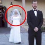 Brudgommen står med ryggen til og forventer at se sin brud i smuk hvid kjole – Hvad der så sker, har taget fusen på millioner!