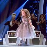 Se videoen: 4-årig går på scenen foran titusind mennesker – sekunder senere får hun ALLE til at juble!