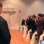 Alle i kirken afventer spændt på bruden – men da brudgommen indser hvem der åbner døren op kommer tårene!