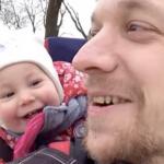"""Faren er besluttet på at lære sin datter at sige """"far"""" – hendes reaktion har nu fået millioner på nettet til at grine!"""