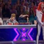Dommerne griner ad rødhåret kvinde, så indleder hun Queen-klassiker og lukker munden på ALLE!