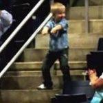Lille dreng fra publikum stjæler al opmærksomhed til koncert – Se reaktionen her